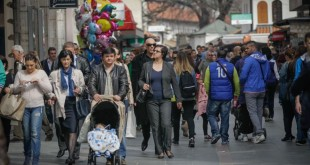 Sunce i visoka temperatura za ovaj dio godine izmamili su na ulice veliki broj građana Sarajeva, ali i turista, kako domaćih tako i stranih, koji su uživali u prvom danu vikenda ( Elman Omiç - Anadolu Agency )